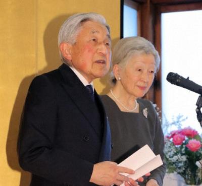 宮内庁職員主催の茶会に出席し、あいさつされる天皇陛下と皇后陛下=京都御所で2019年3月27日、代表撮影