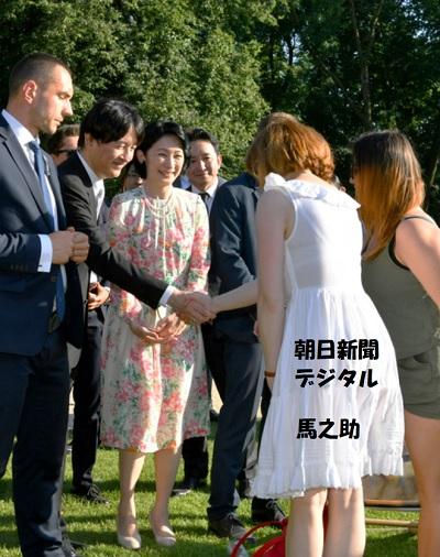 紀子さま秋篠宮さまワジェンキ公園を視察し、市民と握手をする