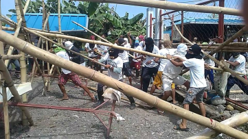 Police and hired goons by ShinSun Tropical Fruits dispersed the strike camp of terminated workers ( Photo from Kilab Multimedia)