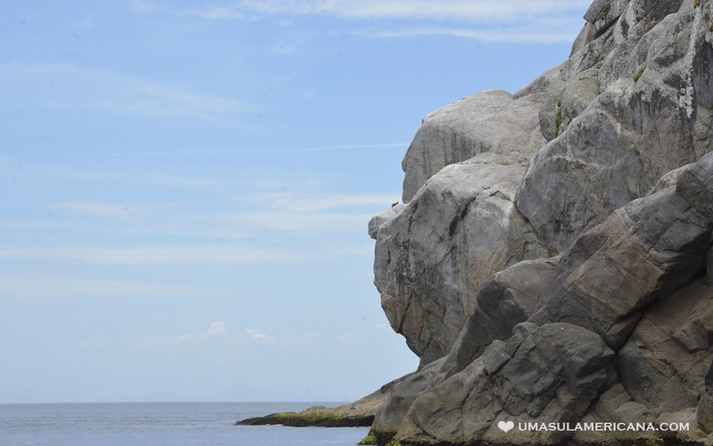 Pedra do Macaco no passeio de barco em Arraial do Cabo,