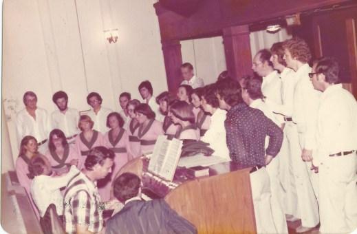 Igreja São José. Final da década de 70. Ao órgão, Darcy von Frühhauf.