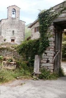 Il piccolo borgo alto medievale di San Valentino