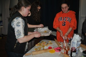 Participants fill trays with their ready-to-bake hamantaschen. Jacqueline Hyman/Mitzpeh.