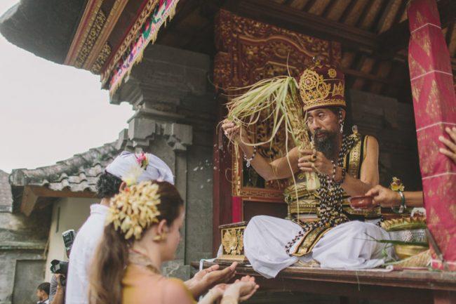 um-doce-dia-casamento-em-bali-indonesia-banyan-40