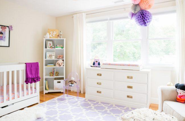 um-doce-dia-decoracao-quarto-de-bebe-lavanda-e-coral-07