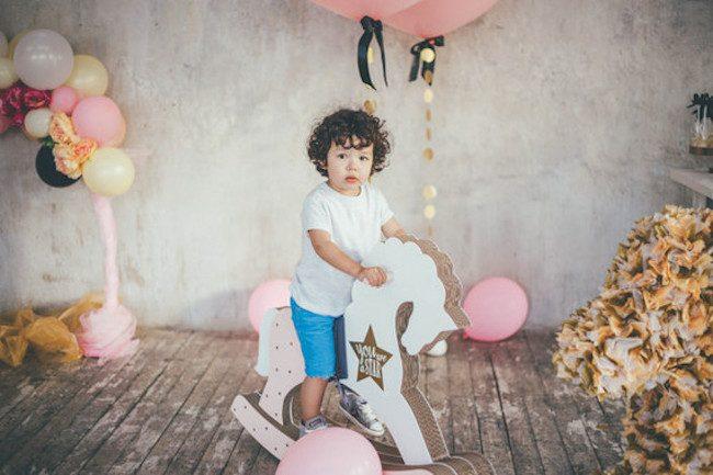 um-doce-dia-aniversario-ouro-e-confetes-cor-de-rosa-07