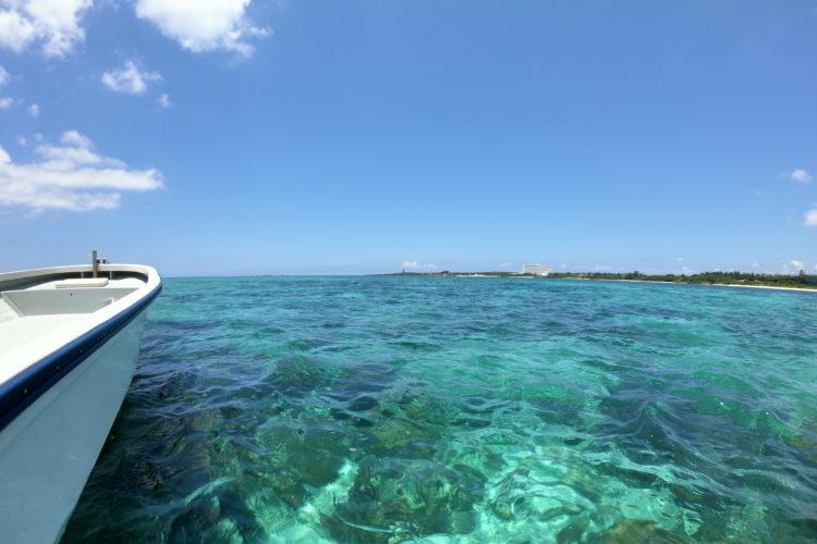 沖縄・読谷沖の青い海
