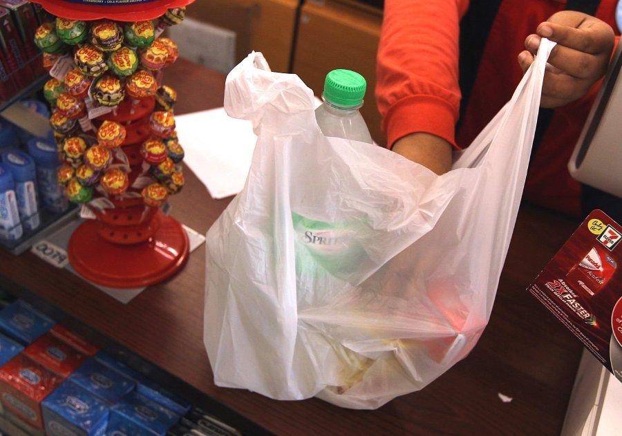 """رسوم """"أكياس البلاستيك"""" ستشمل جميع منشآت ماليزيا في عام 2022"""