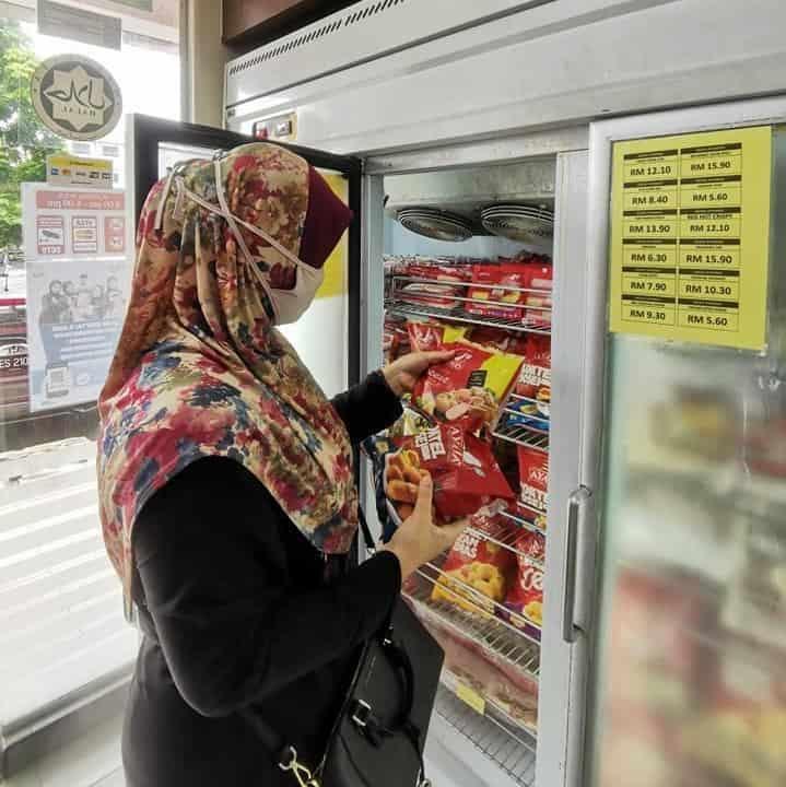 Kedai Ayamas - nak balik tu beli lah apa yang patut , barangan sejuk beku disini