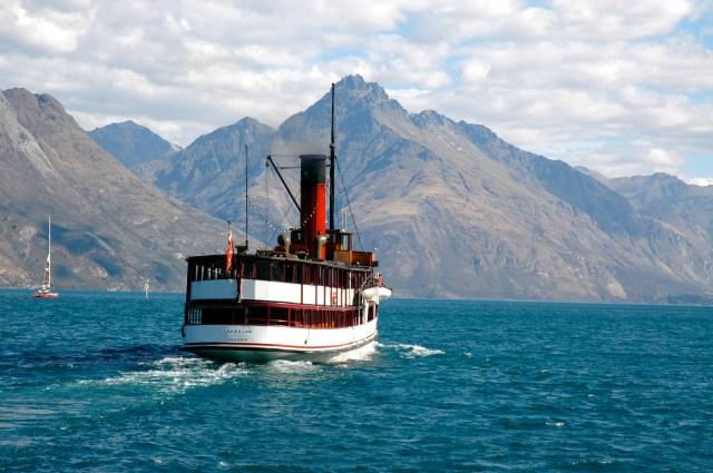 O Earnslaw no Lago Wakatipu