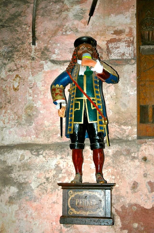A estátua de Perkeu - O maior tomador de vinho do mundo.