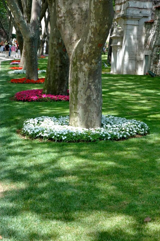 Detalhes dos jardins do Palácio Topkapi.
