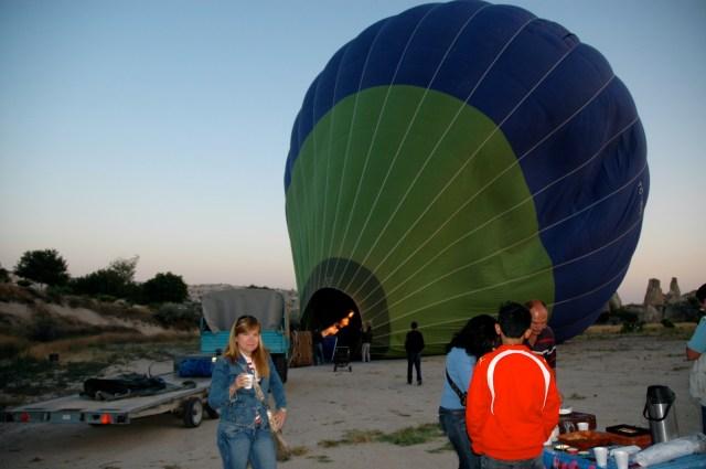 Balão sendo inflado na Capadócia