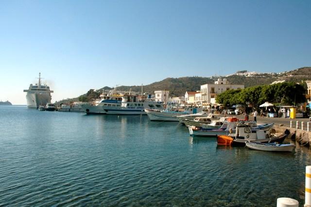 O movimentado porto de Skála