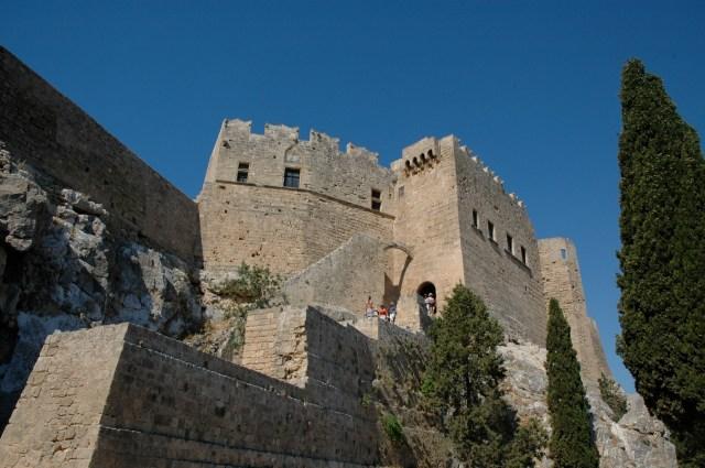 As muralhas medievais protegem a Acrópole