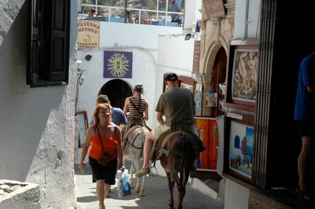 Nas ruelas estreitas de Líndos os turistas e burros se misturam.