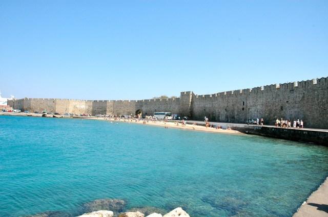 A muralha que envolve a cidade de Rodes