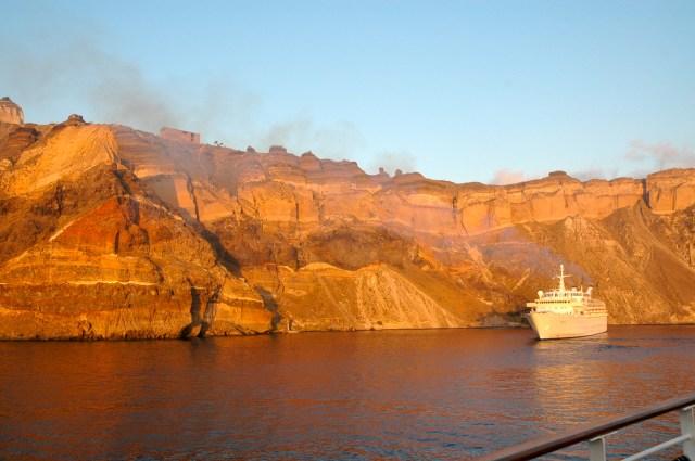 Encostas vulcânicas em Santorini