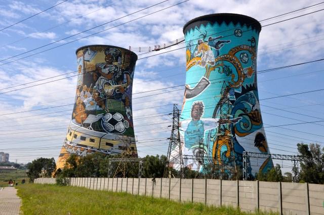 As chaminés abandonadas de uma usina nuclear - um símbolo do Soweto