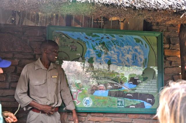O nosso guia no Zimbabwe explicando sobre o Parque Nacional das Cataratas.