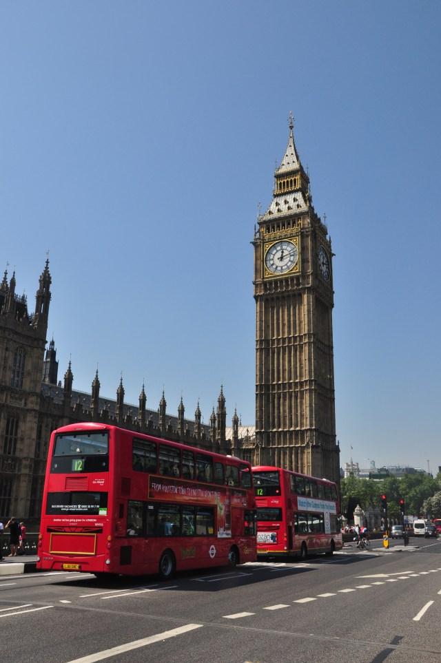 """Os """"Double Decker"""", os ônibus de dois andares típicos de Londres."""