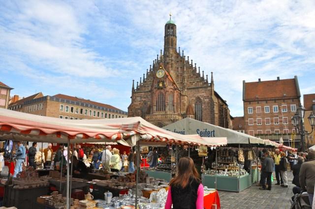 As barracas estragam o visual da Hauptmarkt.