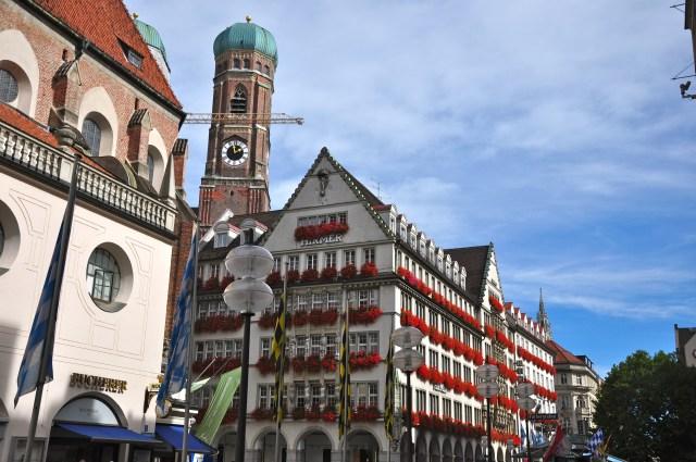 Uma das torres da Frauenkirche por traz do casarão.