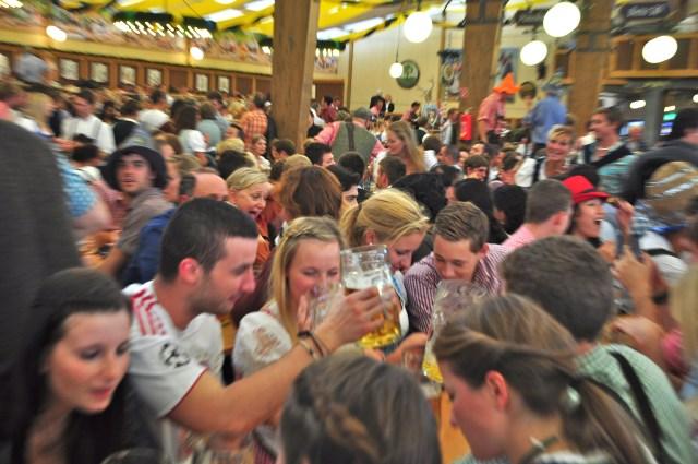 Gente do mundo inteiro se espalha pela festa.