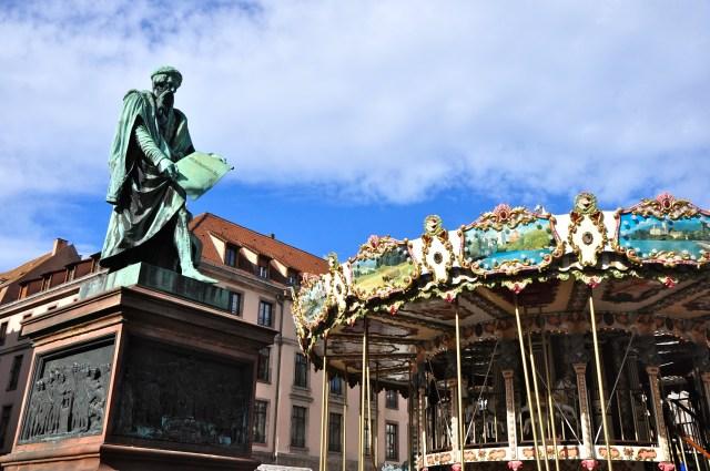 A estátua de Gutemberg na praça em homenagem ao inventor