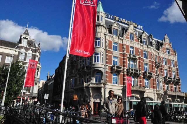 O Hotel L'Europe na beira de um dos canais de Amsterdam