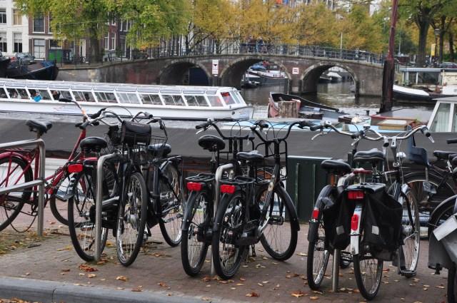 Bicicletas, canais e pontes. Marcas de Amsterdam