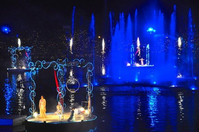 Os palcos flutuantes comandam a festa.