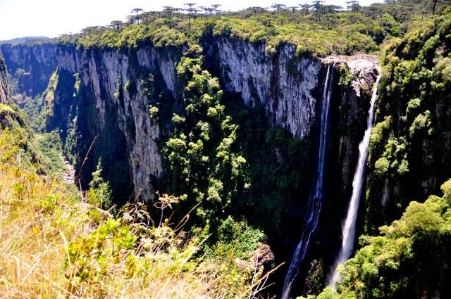 A Cachoeira Véu de Noiva despenca de 700m de altura.