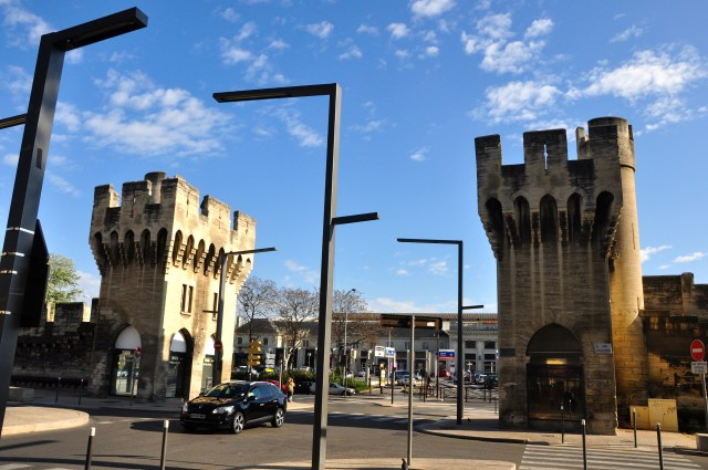 O portão de entrada da cidade murada de Avignon.