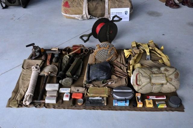 Utensílios da mochila dos para-quedistas.