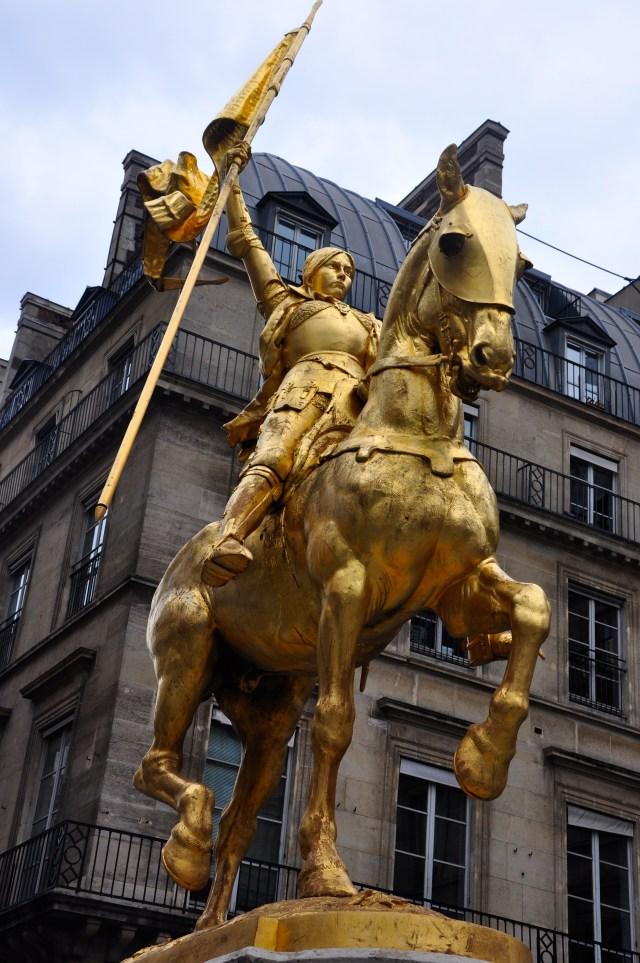 Estátua de Joana D'Arc em Paris - A heroína da França.