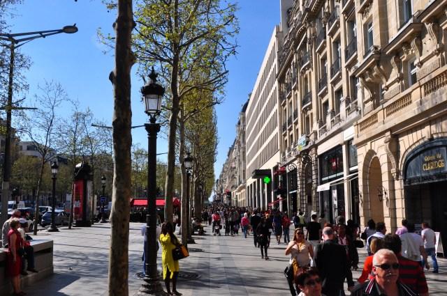 Movimento frenético na calçada da Champs Élysées