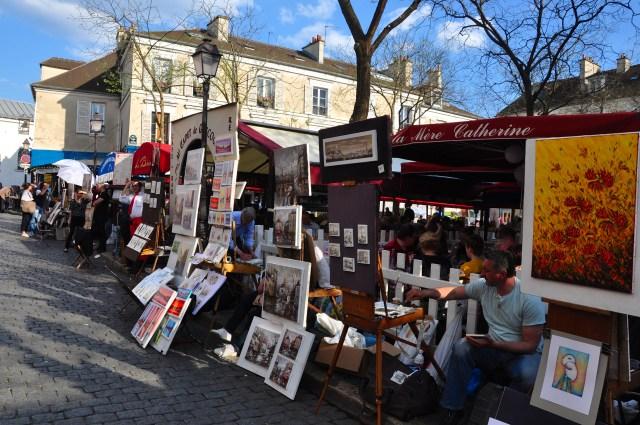Artistas de rua na praça principal de Montmartre.