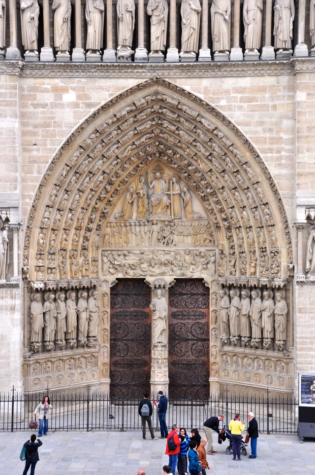 O portal principal da fachada de Notre Dame