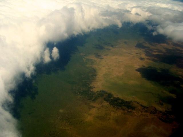 As nuvens cobrem a borda da Cratera do Ngorongoro.