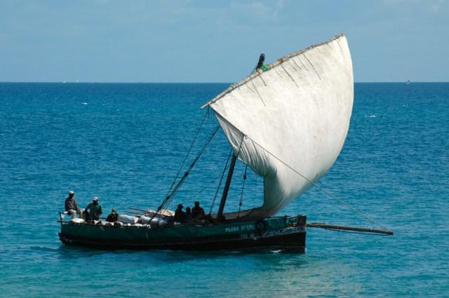 O sobe e desce dos barcos no porto de Zanzibar.