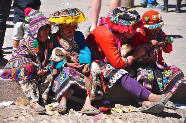Os povos das montanhas na Praça de Písac.