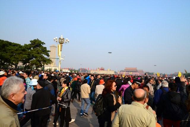 Uma multidão visita a Praça diariamente.
