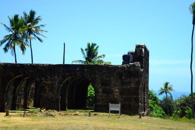 O castelo no alto da colina é uma sentinela avançada.