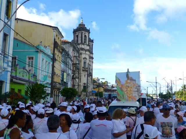 A preparação para o cortejo em frente à Igreja da Conceição da Praia.