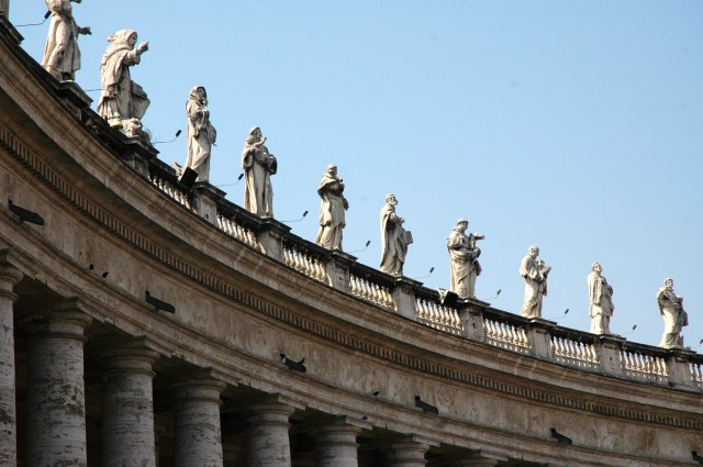 Estátuas de santos, papas e mártires cercam a Praça.
