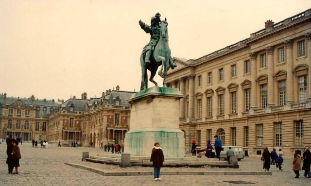 A estátua de Luís XIV em frente ao Palácio de Versalhes.