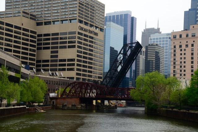 Ponte levadiça no Rio Chicago.