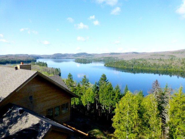 O Lago Sacacomie emoldura o lodge.