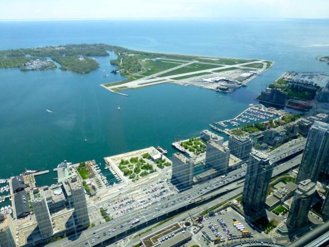 Toronto e o Lago Ontário, do alto da CN Tower.